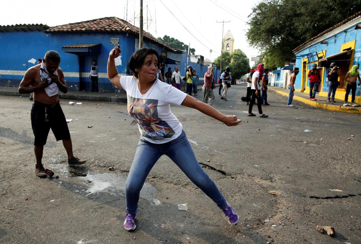 Střety demonstrantů s venezuelskou policií na hranici s Kolumbií