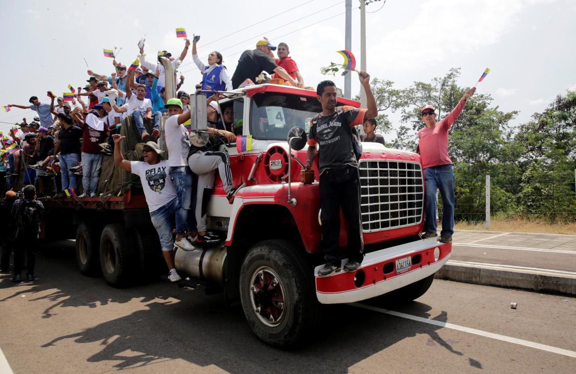 První náklad humanitární pomoci, který z Kolumbie přejel do Venezuely