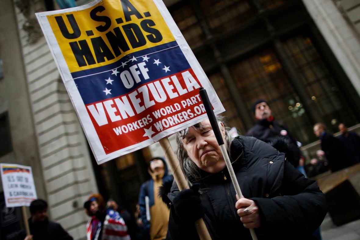 Protest proti politice USA vůči Venezuele před budovou patřící americkému prezidentovi v New Yorku