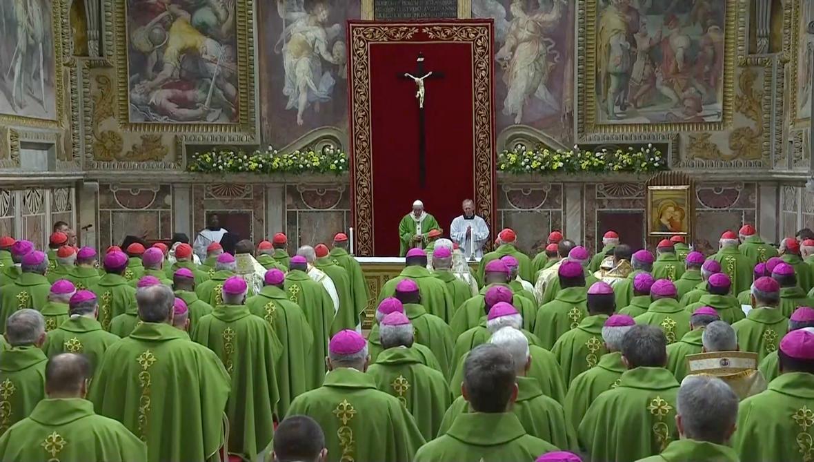 Papež František před duchovními v závěrečný den summitu