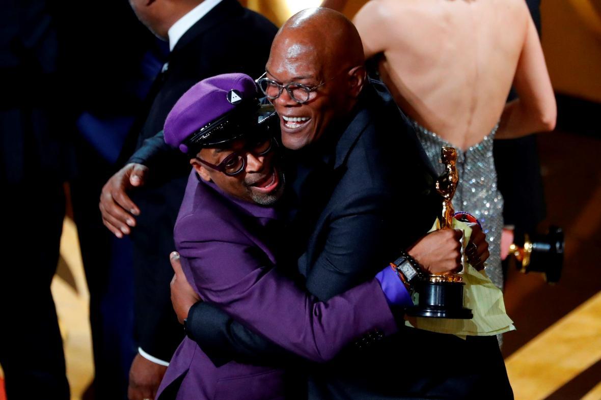 Předávající Samuel L. Jackson a vítěz Spike Lee oslavují cenu za adaptovaný  scénář pro film fd0fff21033