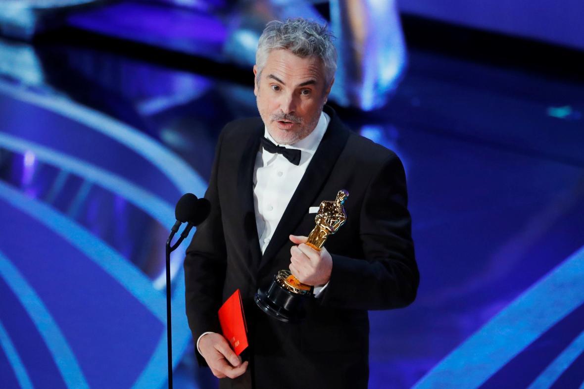 Režisér filmu Roma Alfonso Cuarón s cenou za nejlepší neanglicky mluvený  film 399a2774adb