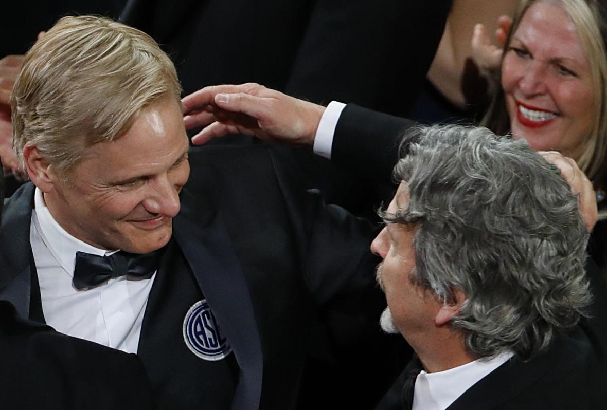 Herec Viggo Mortensen a režisér Peter Farrelly oslavují úspěch filmu Zelená  kniha d27b9216d1f