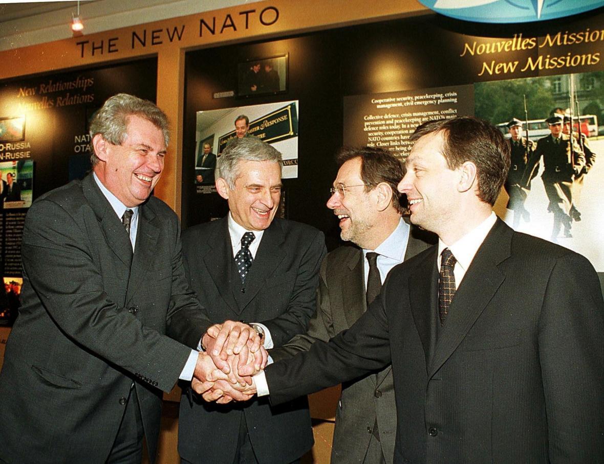 Premiéři Česka, Maďarska a Polska s generálním tajemníkem NATO Javierem Solanou na prvním zasedání Rady NATO po rozšíření aliance v březnu 1999