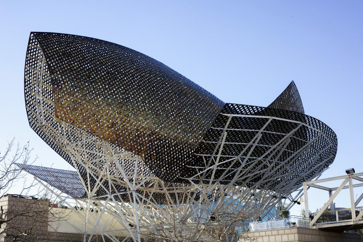 Socha Peix (ryba), kterou navrhl architekt Frank Gehry na pobřeží Středozemního moře v Barceloně