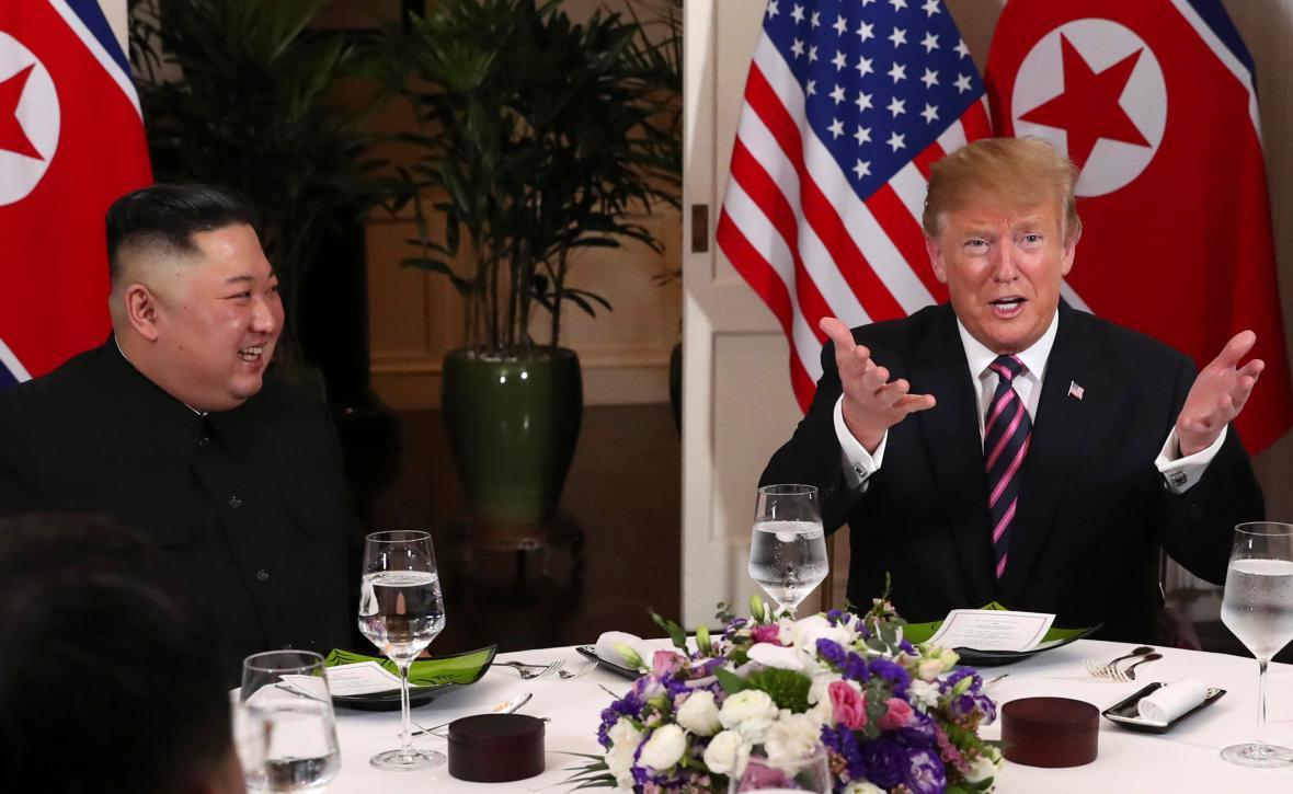 Společná večeře Kim Čong-una, Donalda Trumpa a jejich týmů