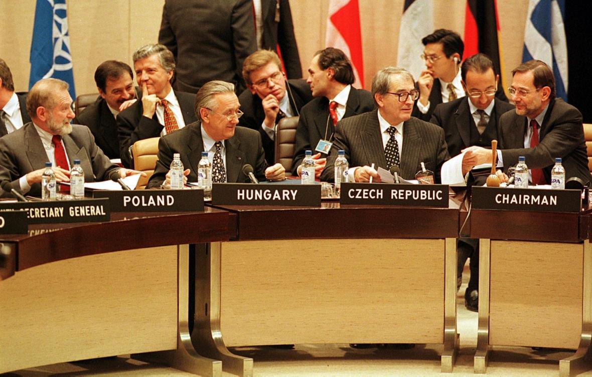 Ministři zahraničí Česka, Polska a Maďarska s generálním tajemníkem NATO Javierem Solanou na zasedání, kde podepsali protokol o přistoupení