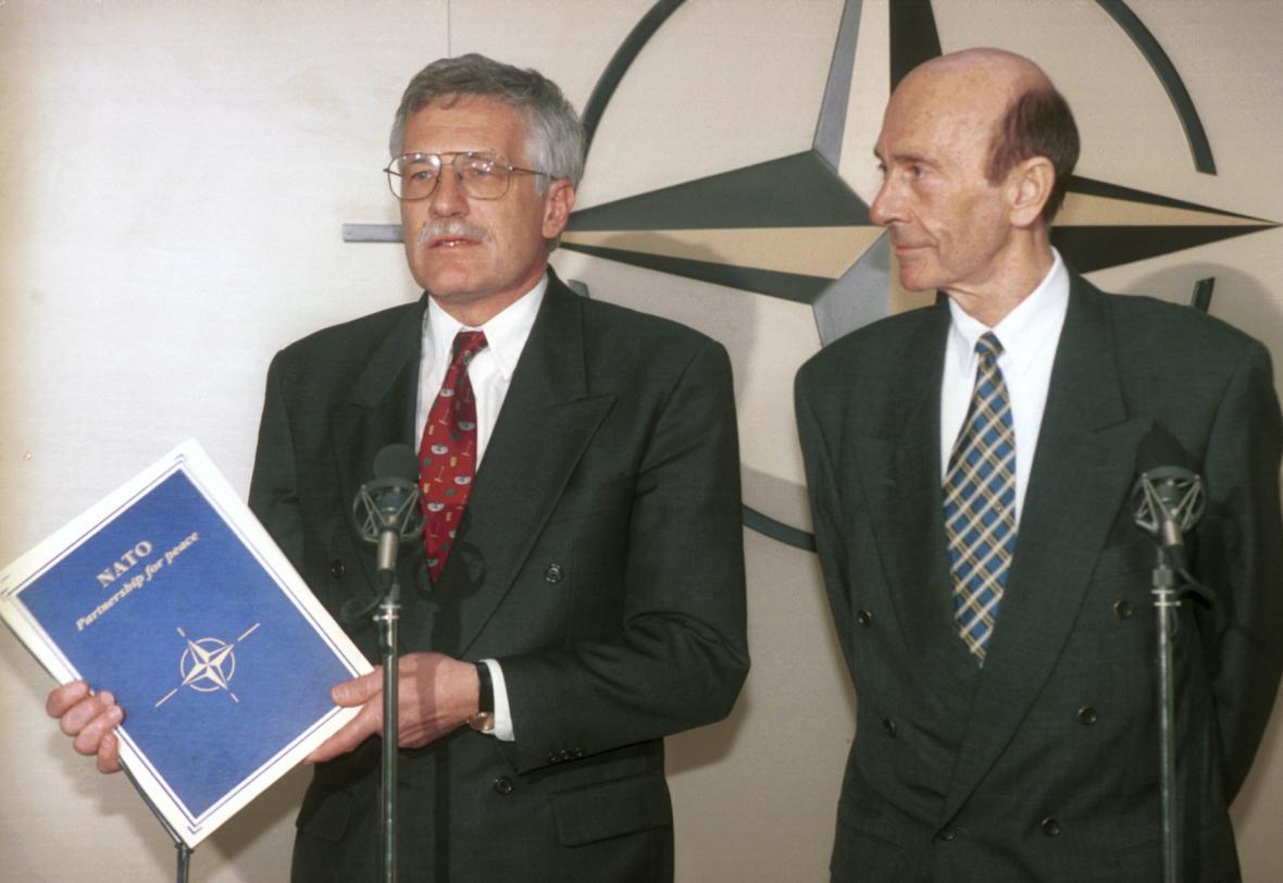 Premiér Václav Klaus a generální tajemník NATO Manfred Wörner po podepsání projektu Partnerství pro mír