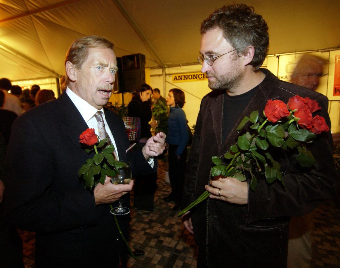 Václav Havel a Jan Hřebejk na premiéře filmu Horem pádem