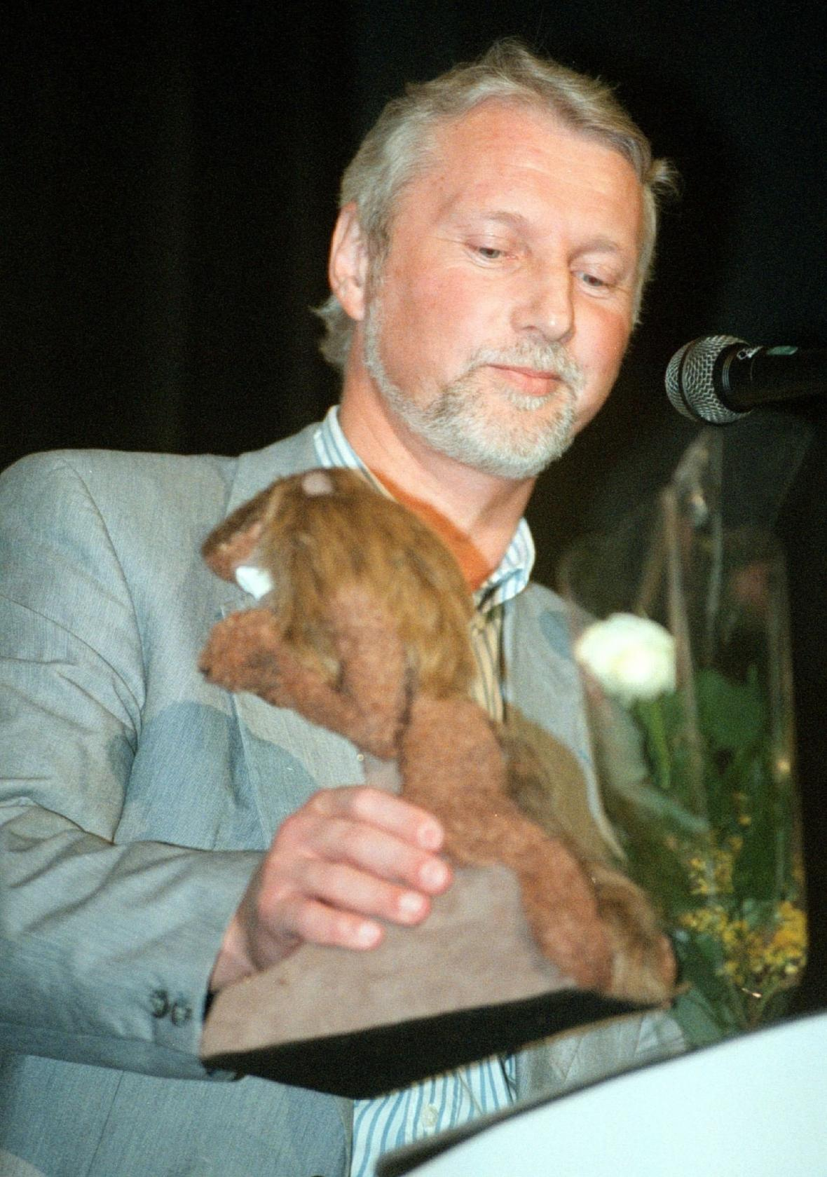 Ladislav Špaček přebírá anticenu Plyšový lev za svého syna Radima Špačka