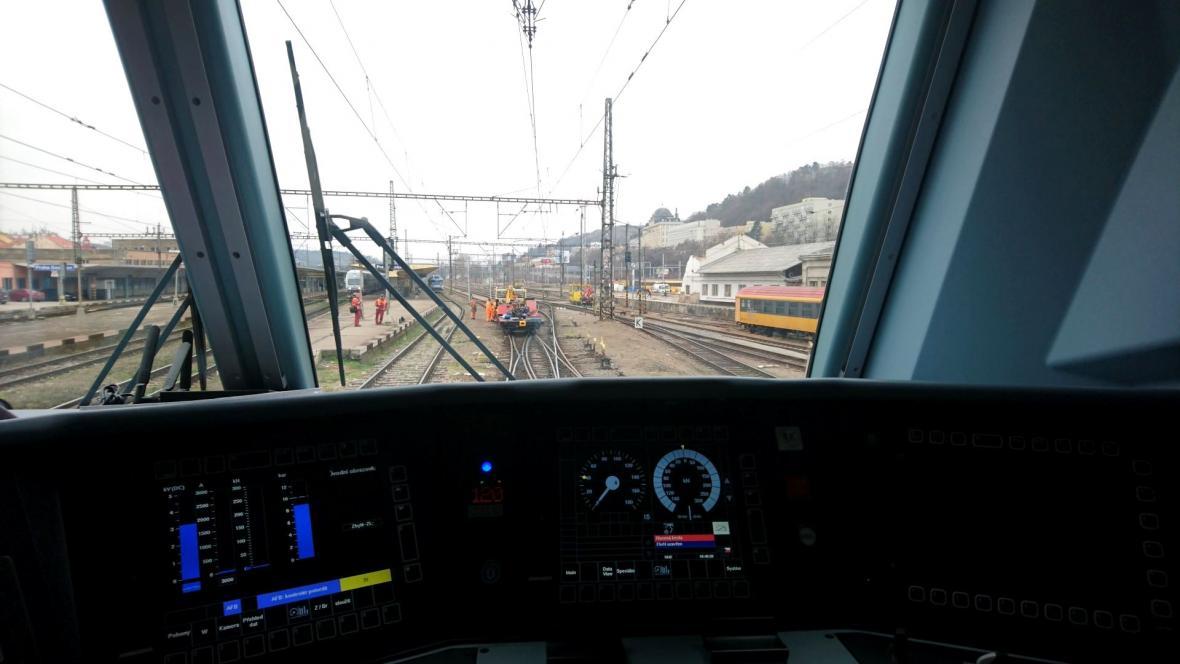 Pohled z kabiny vlaku RegioJetu – od drezíny ho dělilo 37 metrů
