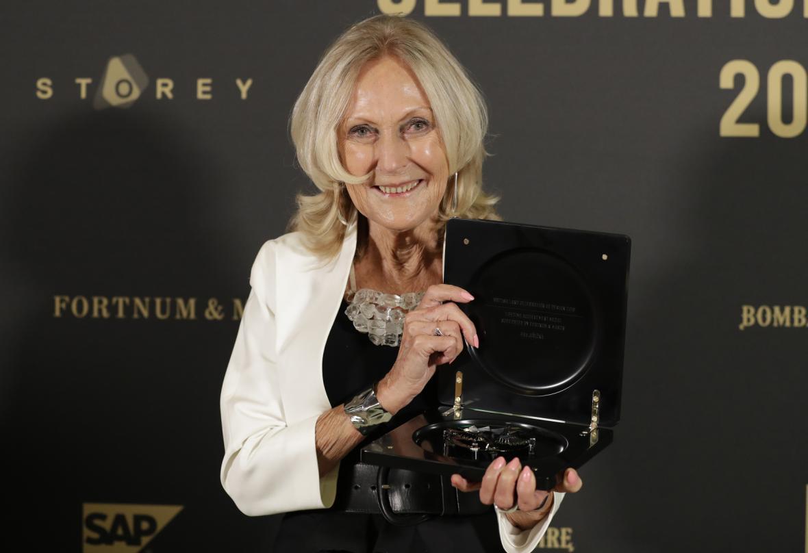 Eva Jiřičná při převzetí medaile za celoživotní dílo na Londýnském festivalu designu v září 2018