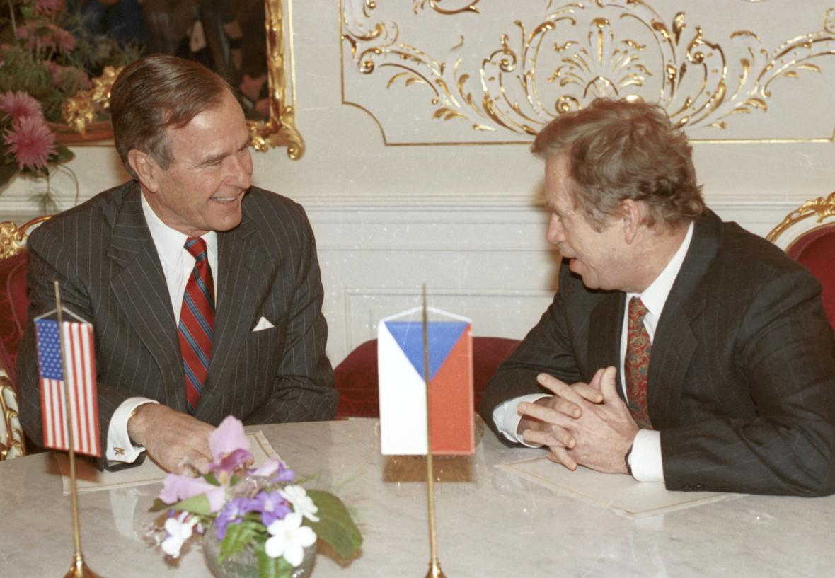 Setkání prezidenta USA George Bushe (vlevo) s prezidentem Václavem Havlem na Pražském hradě (17. listopadu 1990)