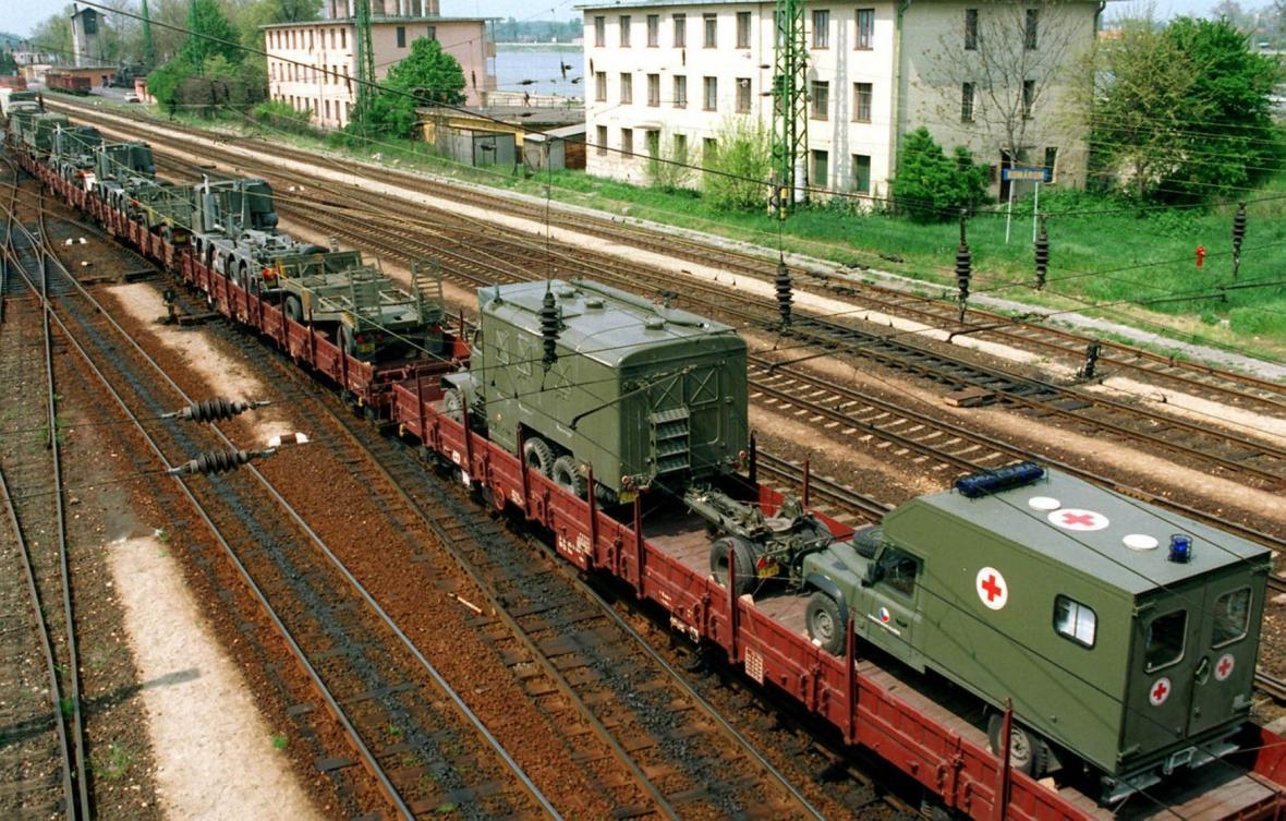 Vlak s polní nemocnicí české armády, která se v Albánii zúčastnila humanitární operace NATO na pomoc kosovským uprchlíkům (27. dubna 1999)