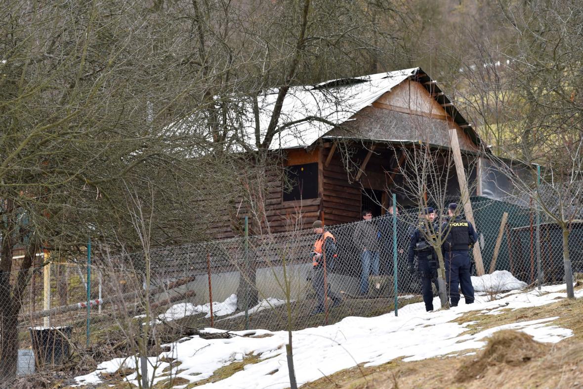 Policisté střeží okolí výběhu, kde lev zabil chovatele