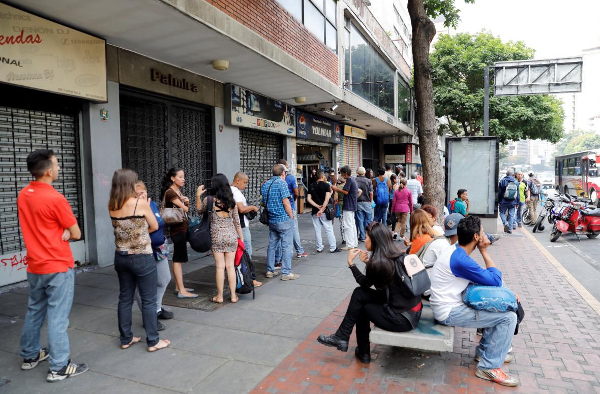 Fronta před pekařstvím v caracasu během výpadku elektřiny