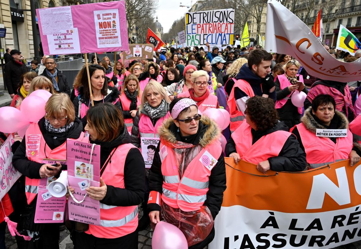 Do protestů se zapojily ženy v růžových vestách