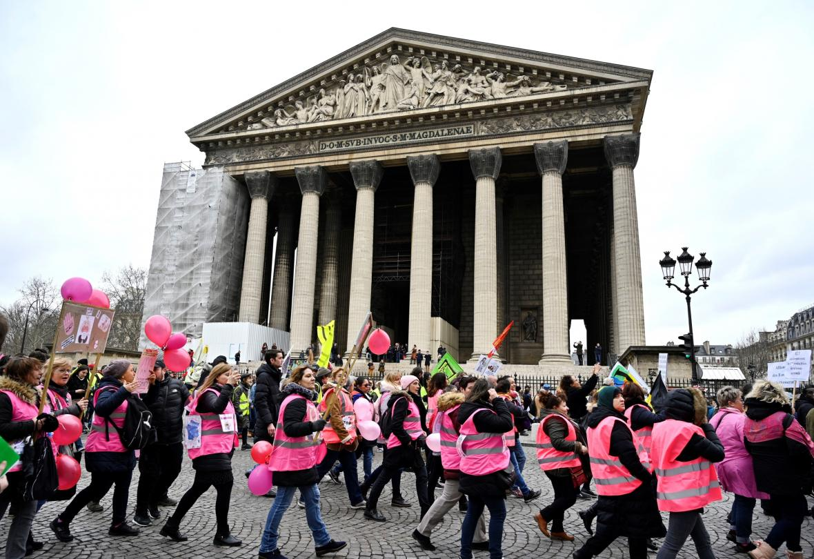 Protesty žen v růžových vestách