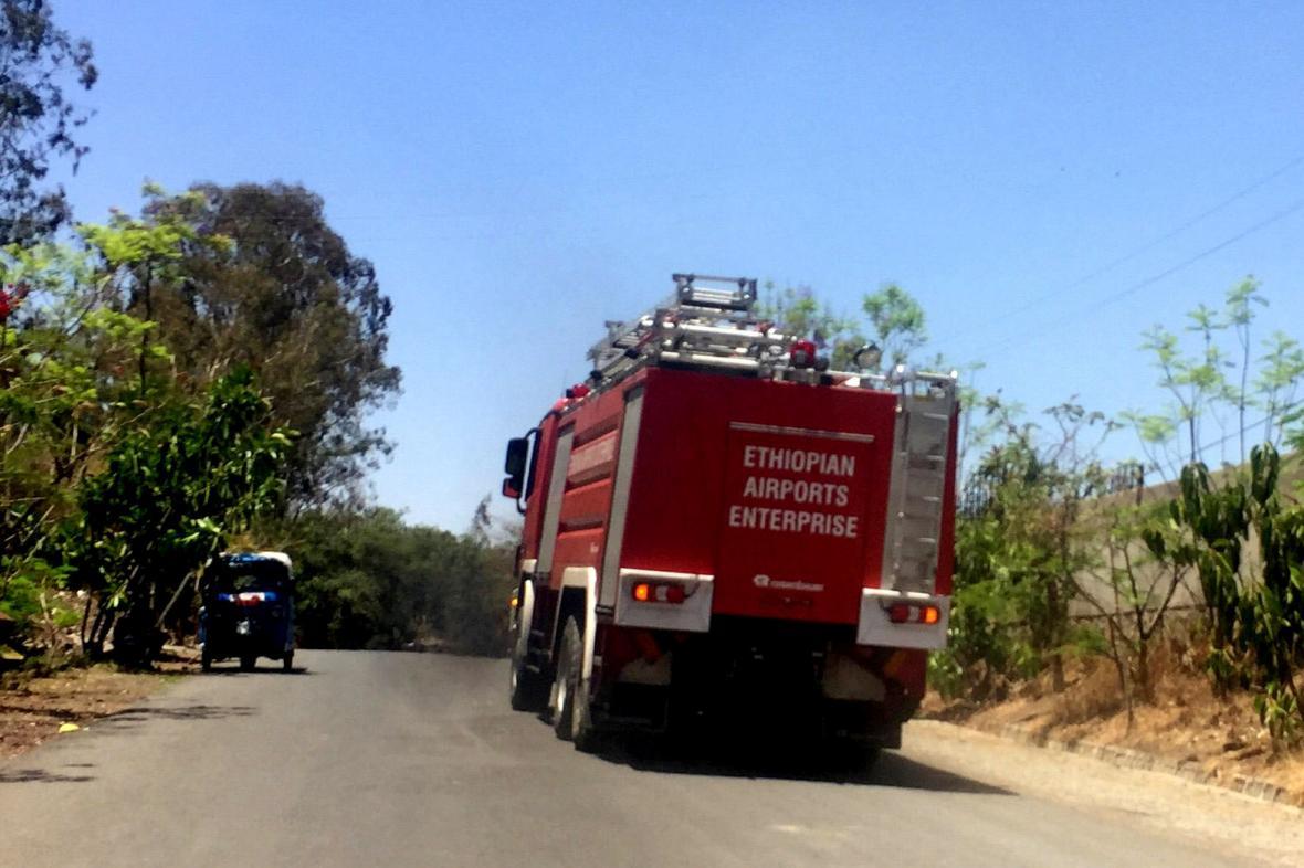 Na místo nehody zamířili hasiči