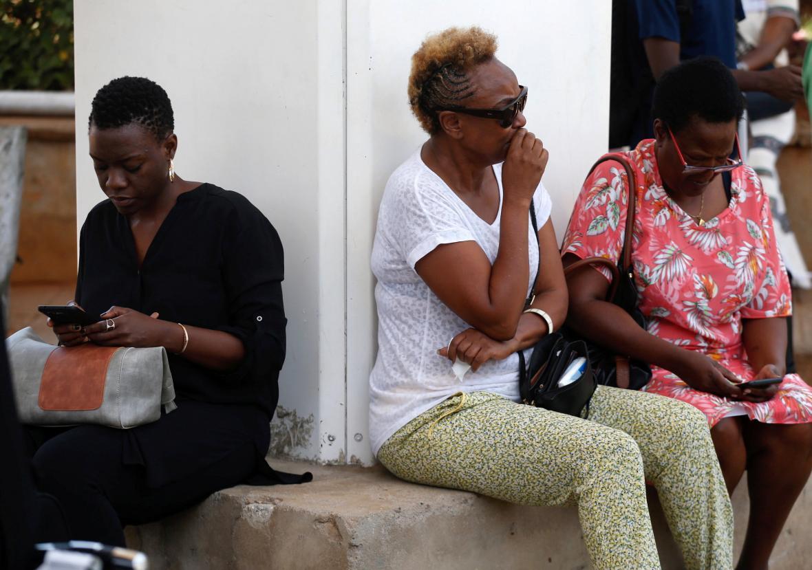 Lidé na letišti v Nairobi čekají na informace