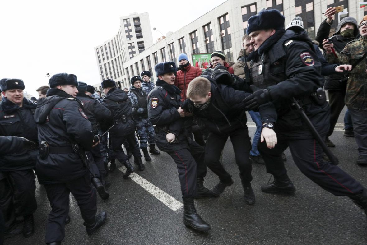 Zatýkání při ruském protestu proti cenzuře internetu