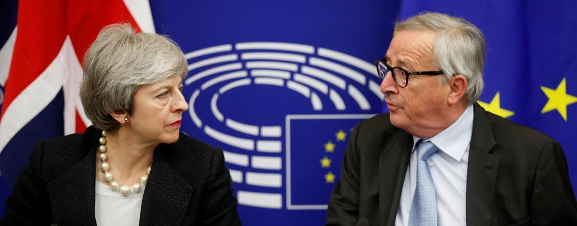 Theresa Mayová a Jean-Claude Juncker po jednání ve Štrasburku