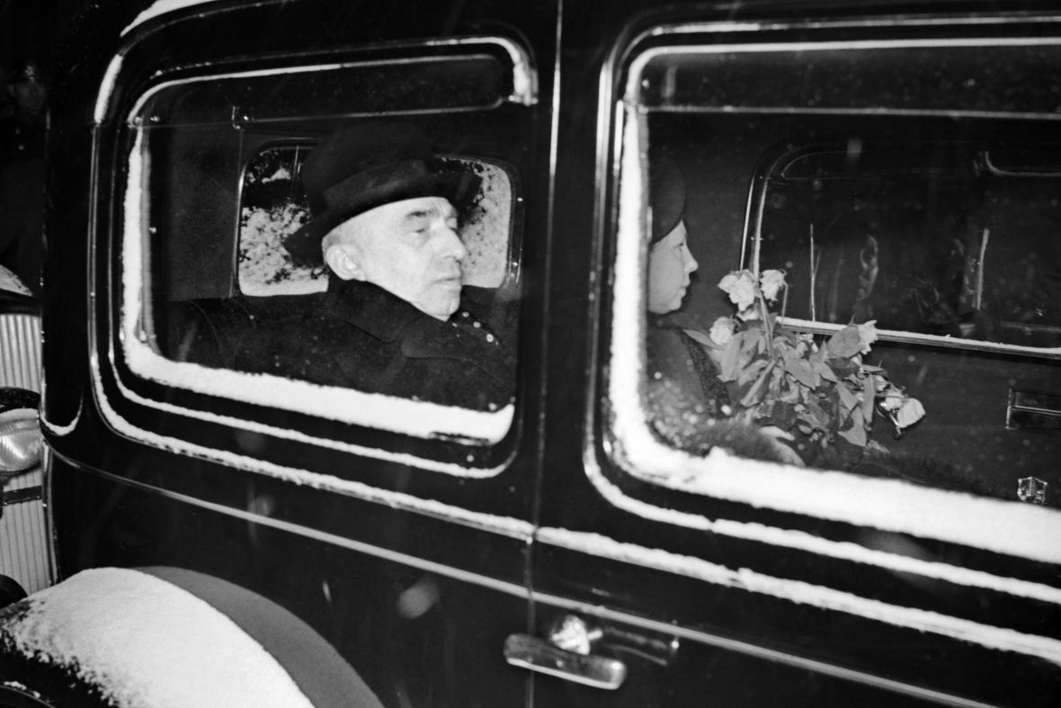 Emil Hácha po návratu z Berlína, vpravo jeho dcera s kyticí od Hitlera
