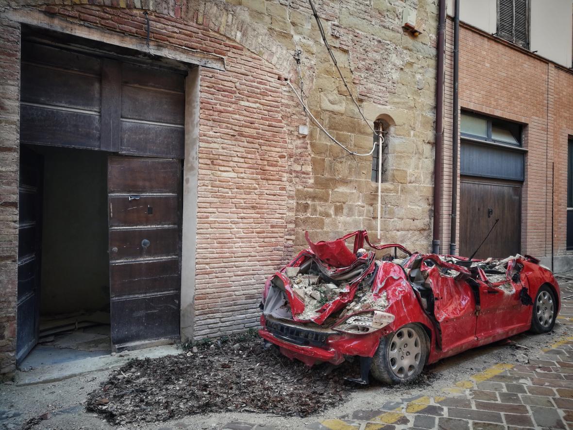 Následky zemětřesení v Camerinu