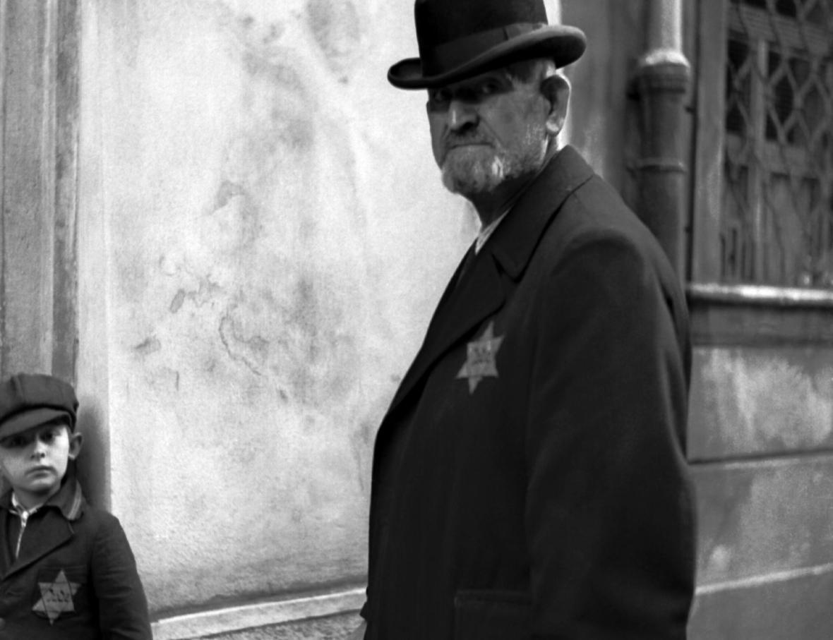 Židé v protektorátu po zavedení povinnosti nosit viditelně žlutu hvězdu s označením