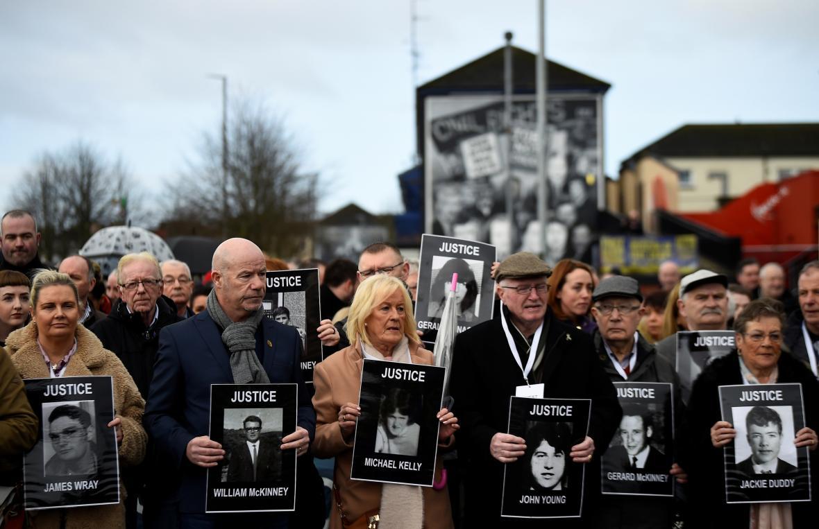 Pochod rodin obětí krvavé neděle v Londonderry před oznámením rozhodnutí ohledně stíhání tehdejších vojáků