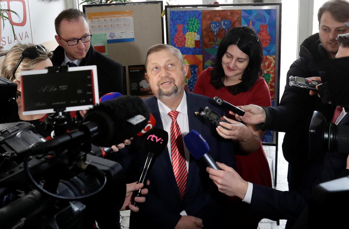 Štefan Harabin hovoří při odchodu z volební místnosti s novináři