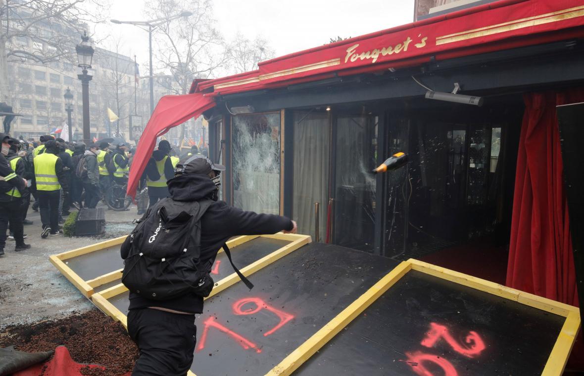 Poškozená luxusní restaurace Le Fouquet's
