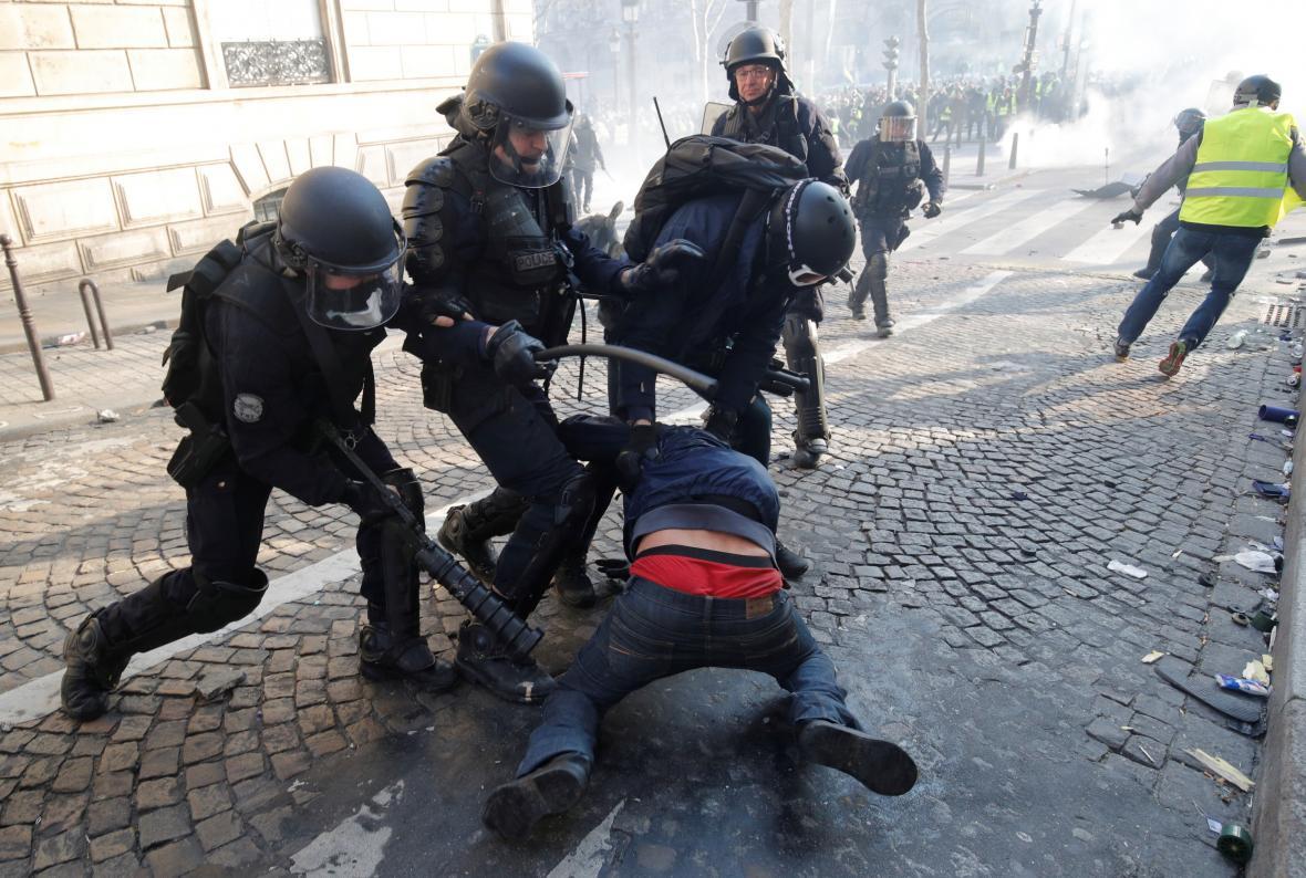 Policisté zatýkají demonstranta