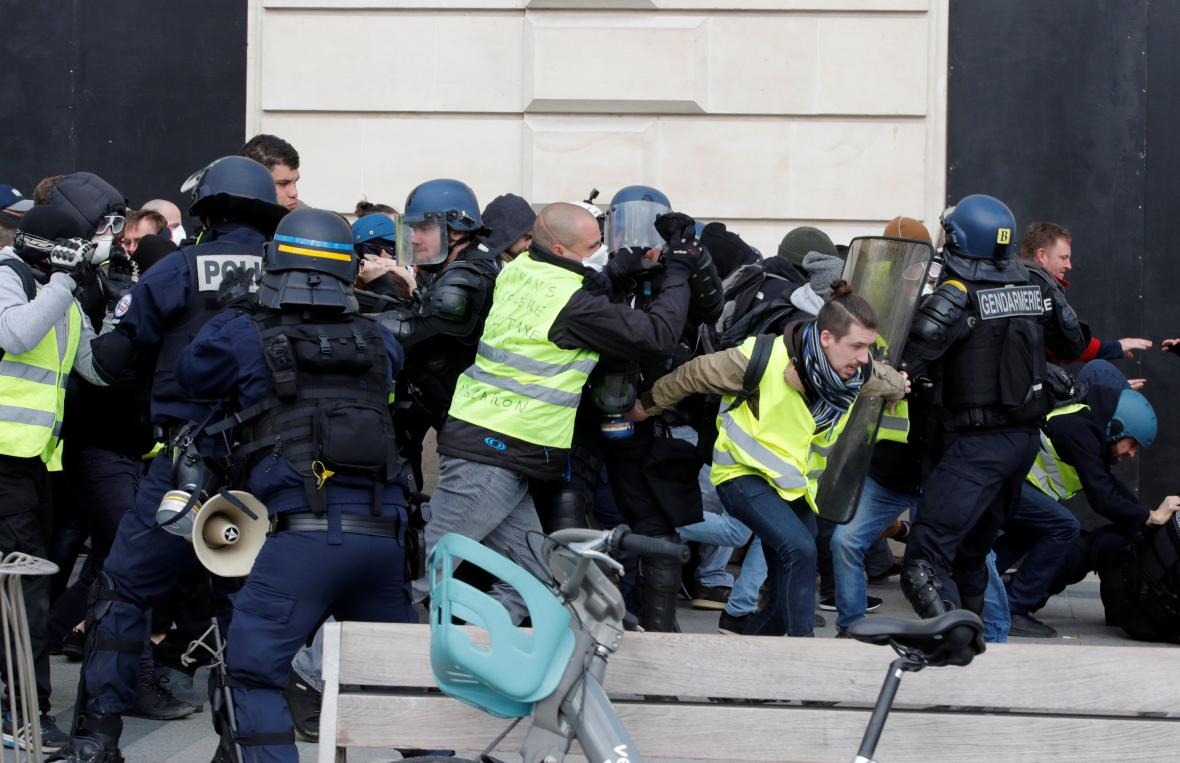 Srážka protestujících s policisty