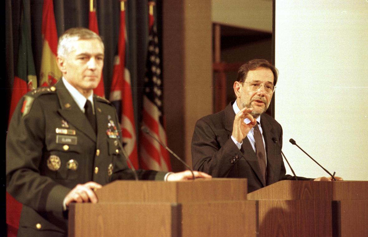 Generál Wesley Clark a generální tajemník NATO Javier Solana (25. března 1999)