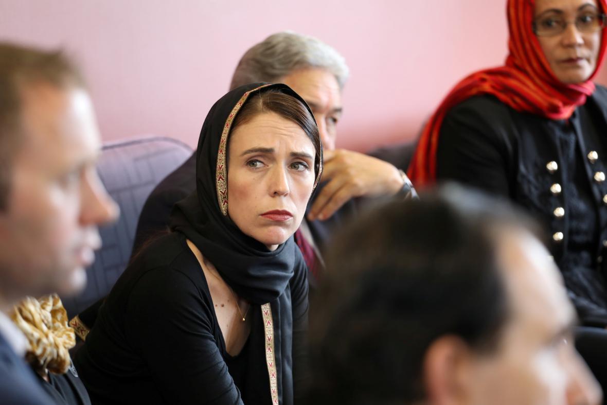 Novozélandská premiérka Jacinda Ardernová se členy muslimské komunity