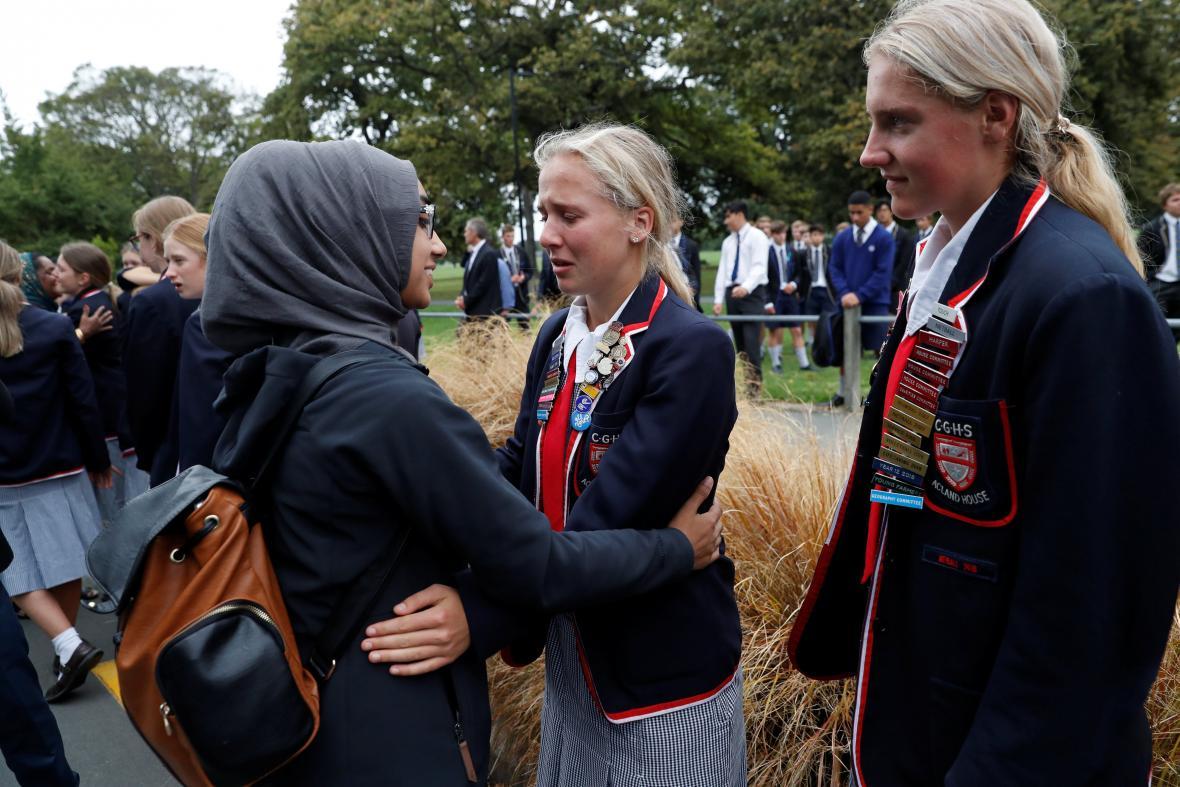 Studenti po útoku objímali muslimy čekající na zprávy o obětech