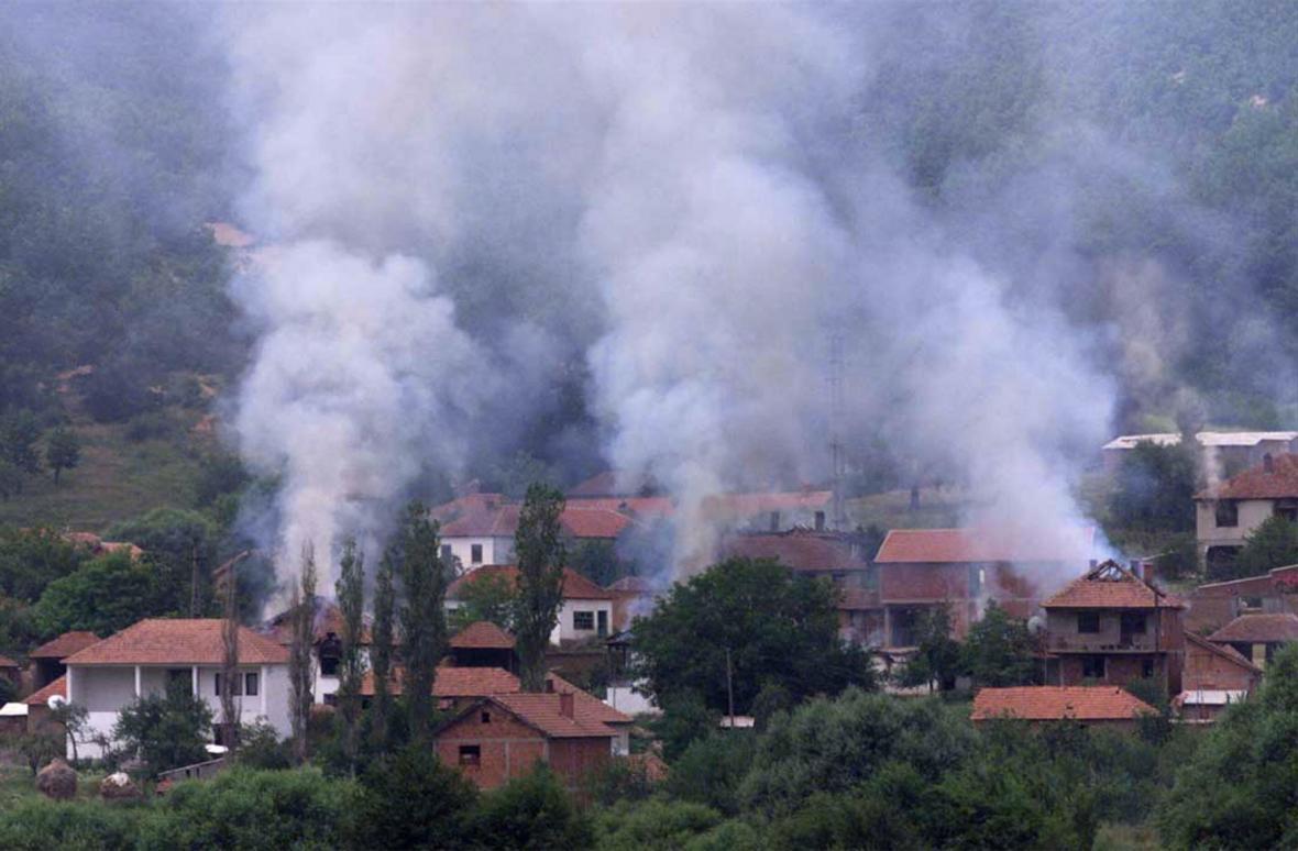 Hořící domy v kosovské vesnici Vranidol, které před svým odsunem zapálily srbské polovojenské jednotky (15.6.1999)