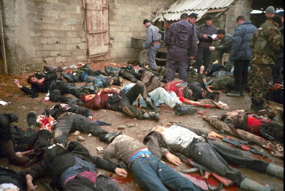 Těla etnických Albánců zmasakrovaných Srby v kosovské obci Rogovo na snímcích německého pozorovatele OBSE (29.1.1999)