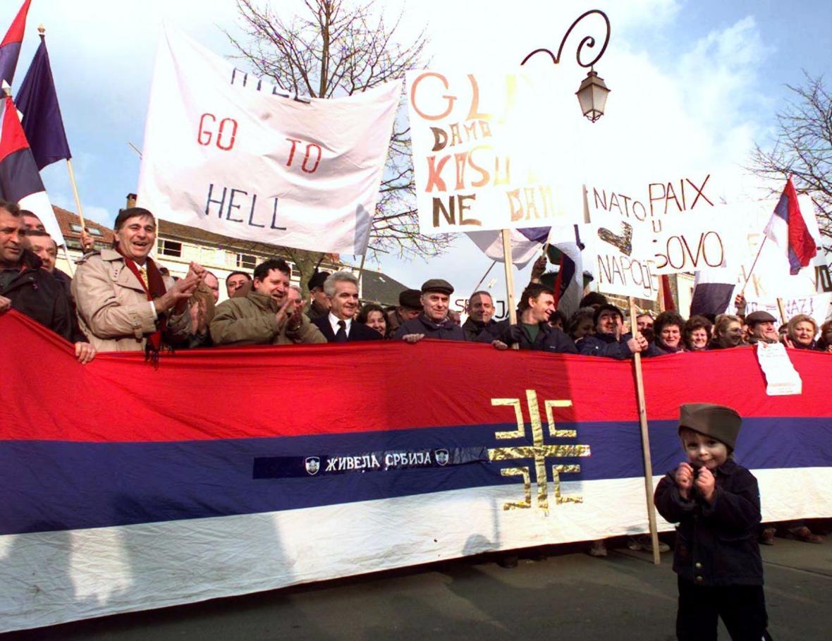 Srbští nacionalisté demonstrovali před zámkem Rambouillet během jednání mírové konference o Kosovu (12.2.1999)