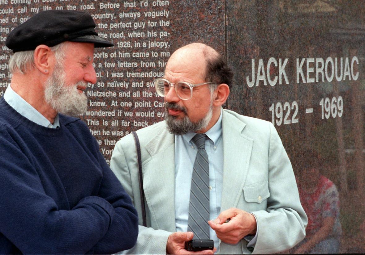 Lawrence Ferlinghetti (vlevo) a Allen Ginsberg během vzpomínkové akce na Jacka Kerouaca, 1988