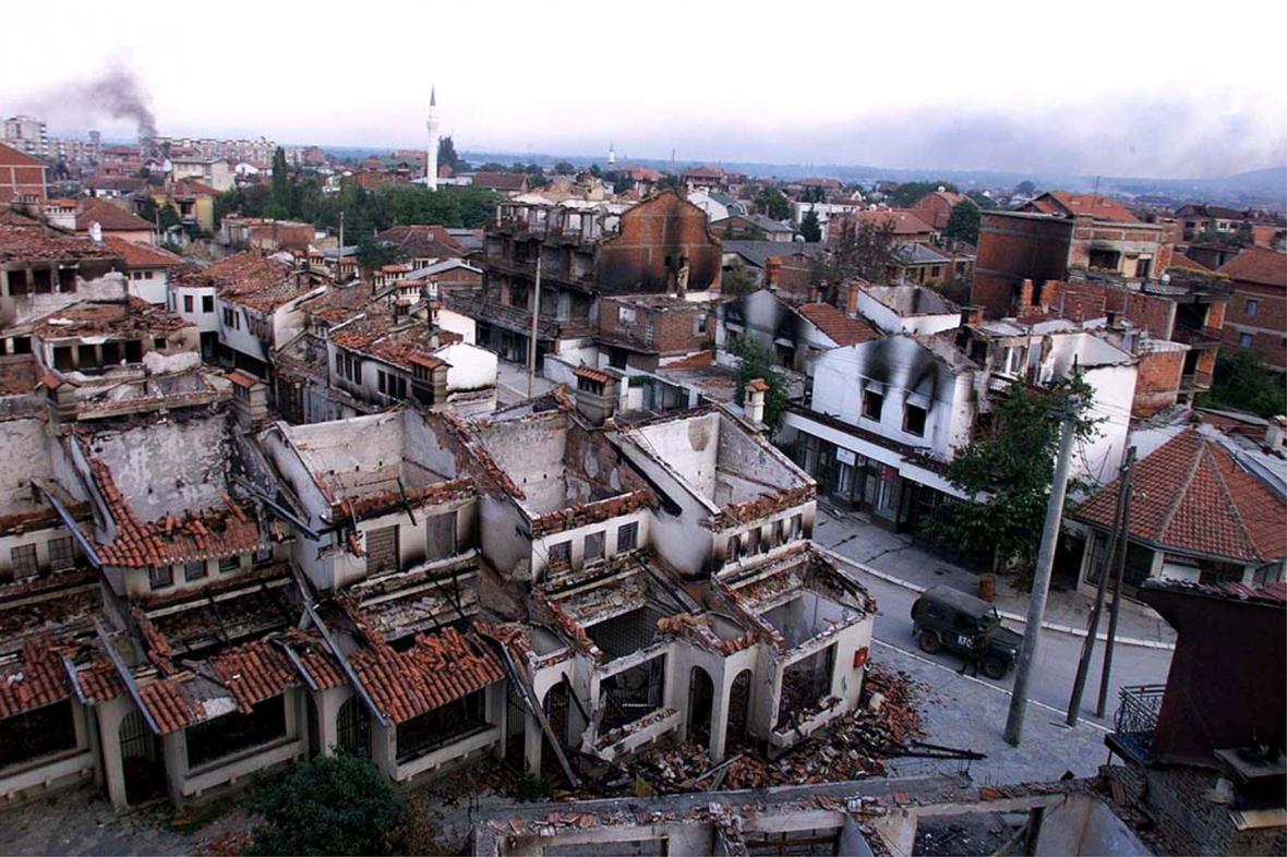 Pohled na jihokosovské město Peč poničené během leteckých útoků NATO (28. 6. 1999)