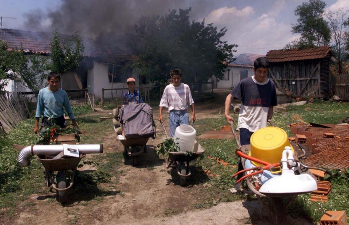 Albánci rabují opuštěný srbský dům v kosovském městě Vučitrn (20. 6. 1999)