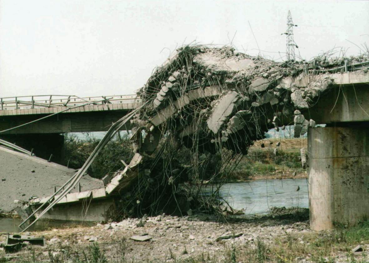 Zničený most přes řeku Nisavu na dálnici spojující jih a sever Jugoslávie, který byl několikrát zasažen při leteckých úderech NATO (1. 6. 1999)