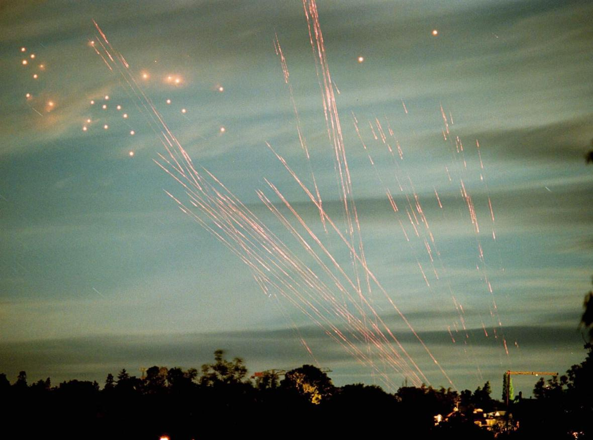 Světelné dráhy protiletadlové obrany na nebi nad Bělehradem (21. 5. 1999)