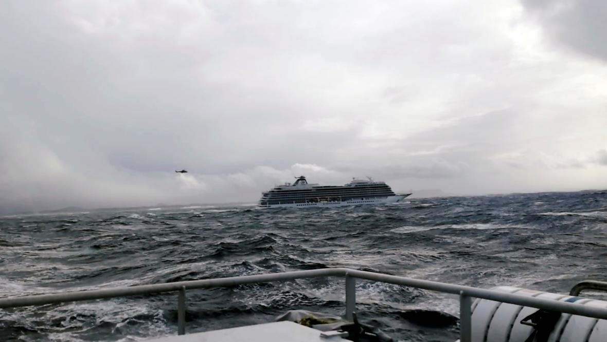 Výletní loď Viking Sky se u norských břehů dostala po poruše motorů do problémů