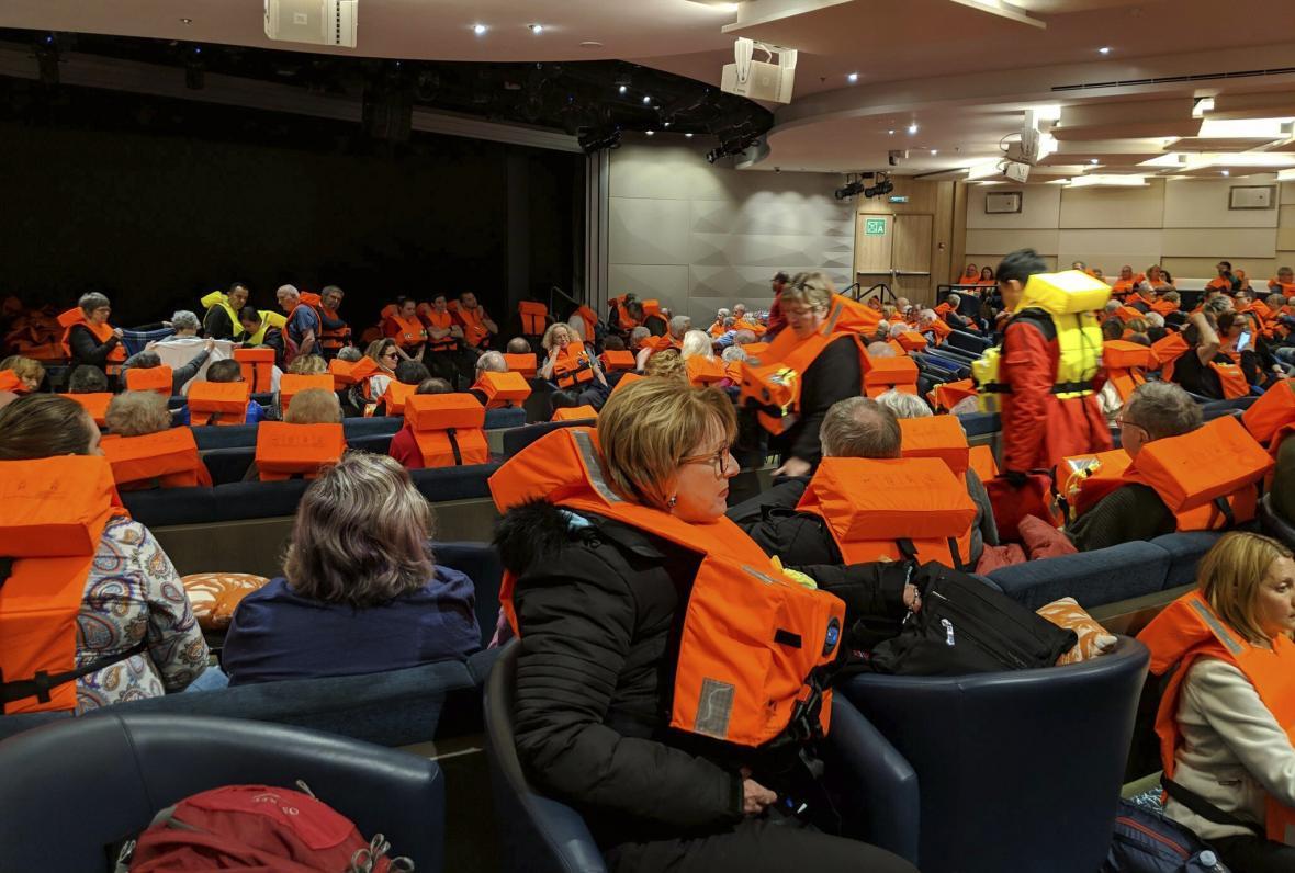 Lidé na palubě čekají na evakuaci