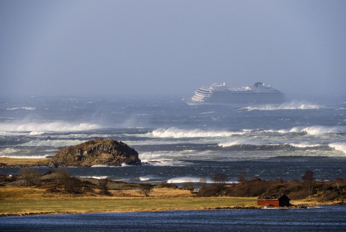 Výletní loď Viking Sky u norského pobřeží