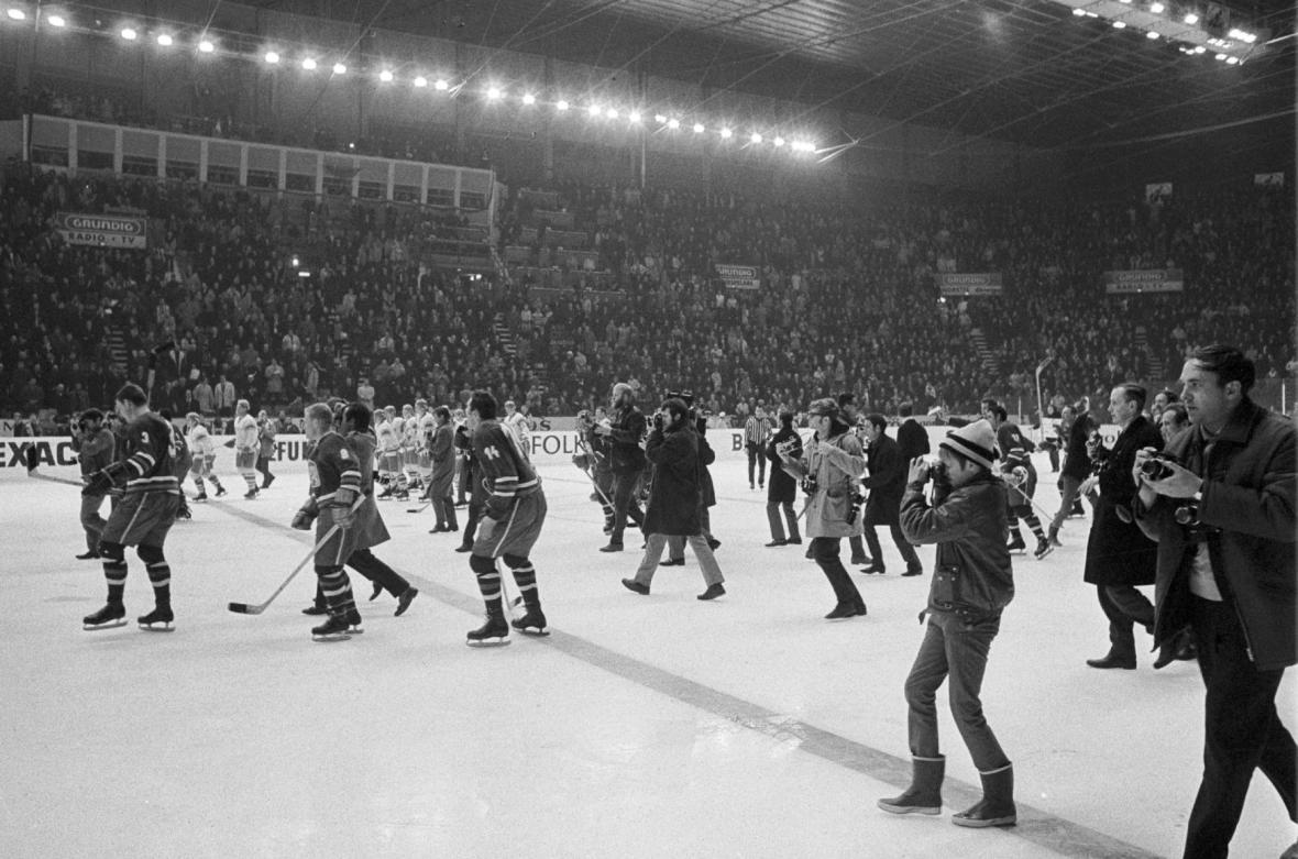 Hráči a fanoušci slaví na ledové ploše vítězství 4:3