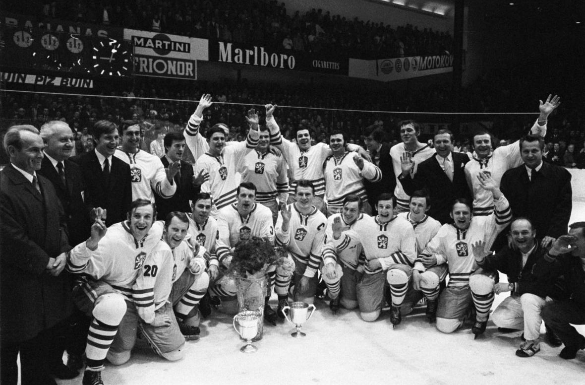 Radost československých hokejistů po zisku zlatých medailí